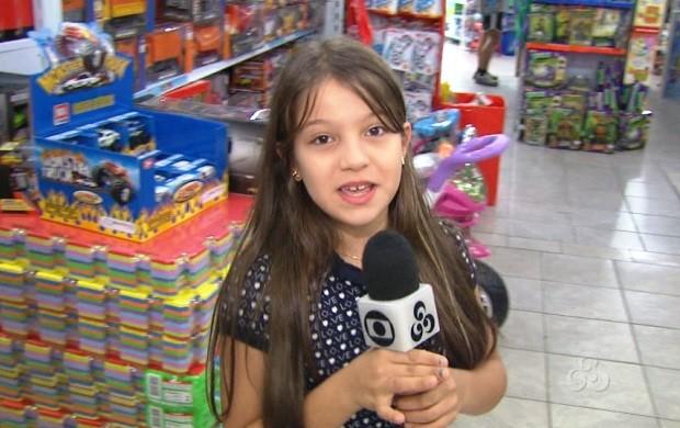 Repórter mirim por um dia da TV Roraima dá dicas de brinquedo (Foto: Roraima TV)