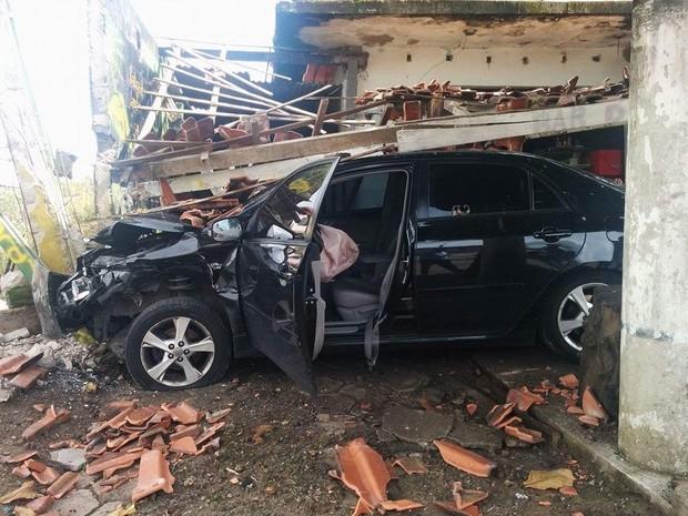 Carro ficou parcialmente destruído após acidente em Itanhaém (Foto: Divulgação/Tabloide do Litoral)