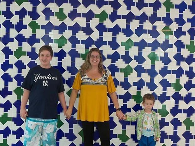 Amir Bliacheris, autista que foi expulso de escola particular em Brasília, com a mãe e o irmão (Foto: Brenda Ribemboim Bliacheris/Arquivo Pessoal)