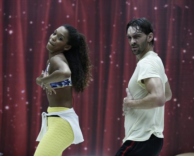 Giba sensualiza dançando mambo (Foto: Inácio Moraes/TV Globo)