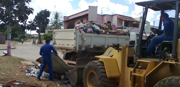 Operação da Defesa Civil para recolher lixo acumulado por pessoa com compulsão (Foto: Defesa Civil / Divulgação)