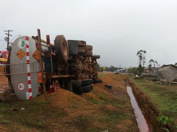 Caminhão virou na AP-010, em Santana (Foto: Abinoan Santiago/G1)