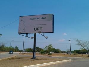 Placa de entrada UFT (Foto: Bernardo Gravito/G1)
