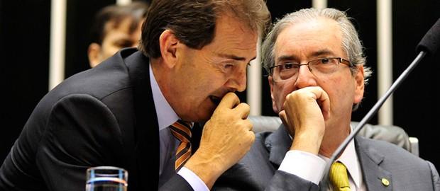 Deputado Paulo Pereira da Silva conversa com Eduardo Cunha na tribuna do plenário da Câmara (Foto: Luiz Macedo/Câmara dos Deputados)