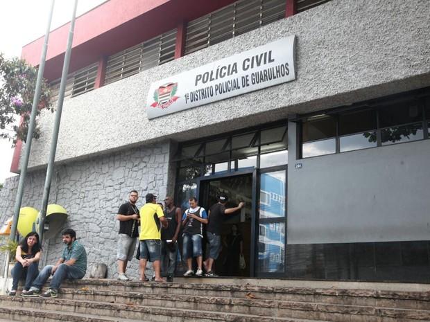 Torcedores envolvidos em briga em Guarulhos foram levados para o 1º DP da cidade, onde foram ouvidos para a ocorrência (Foto: Fábio Tito/G1)