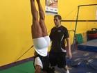 Gracyanne Barbosa planta bananeira e chama a atenção pelas pernas
