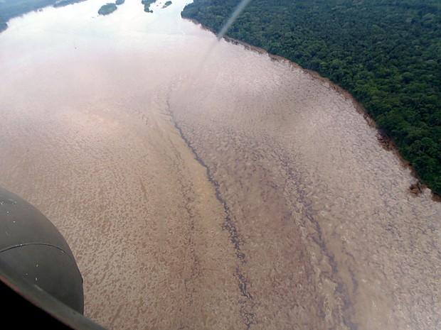 Imagem aérea de 1º de junho divulgada pela Petroecuador mostra mancha de petróleo no Rio Napo após um gasoduto ter se rompido no dia 31 de maio (Foto: Petroecuador/AFP)