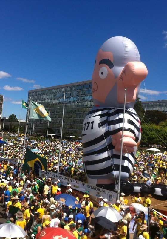 Boneco inflável de Lula no Distrito Federal durante manifestações de 16 de agosto (Foto: Thiago Bronzatto)