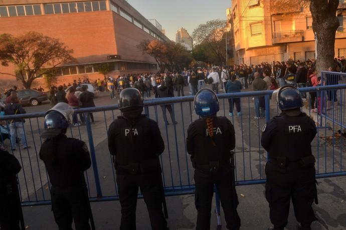 Polícia torcedores Boca Juniors fora Bombonera (Foto: EFE/Juan Ignacio Roncoroni)