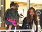 Beyoncé volta a adotar aplique e exibe fios maiores em passeio com a família