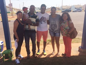 João Carlos Zanardi foi receber a chave de sua residência acompanhado da família (Foto: Mariane Peres/ G1)