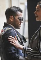 Daniel Alves capricha no look para ver desfile no Barcelona Fashion Show