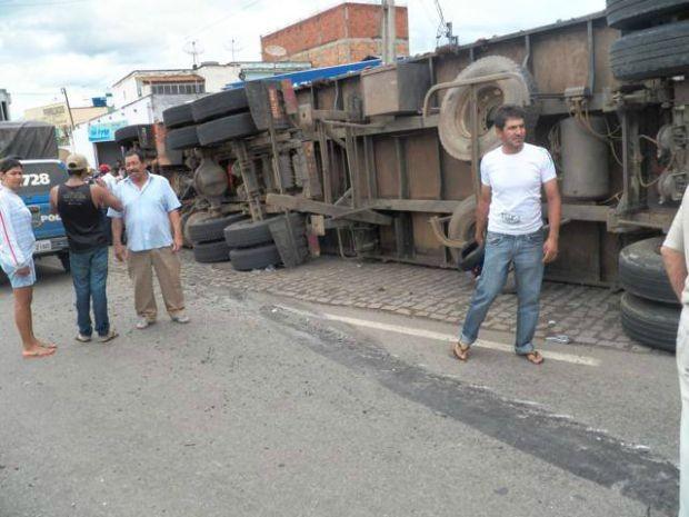 Carreta perde freio e bate em oito carros em Caetité, sudoeste da Bahia (Foto: Willian Silva/Brumado Notícias)