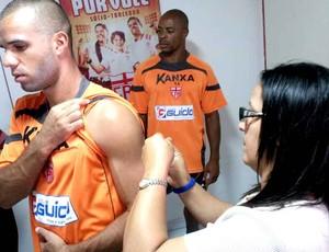 Jogadores do CRB recebem vacina (Foto: Ascom/CRB)