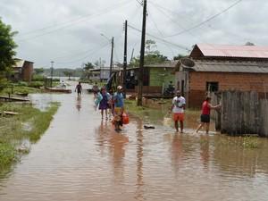 Algumas ruas de Ferreira Gomes permaneciam alagadas nesta sexta-feira (Foto: Abinoan Santiago/G1)