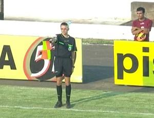 Bandeirinha é atingido por garrafa em jogo Portuguesa x Corinthians (Foto: reprodução / SporTV)
