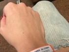 Ellen Rocche posa com pulseira de hospital e diz: 'Já estou melhor'