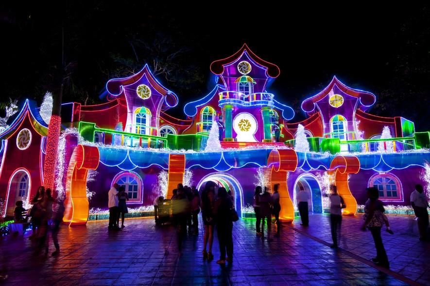 Parque Iberoamérica, em Santo Domingo, capital da República Dominicana, é enfeitado para as festas de final de ano. 50 milhões luzes compõem o espaço de um quilômetro quadrado destinado ao