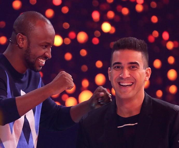 Do que será que Thiaguinho e André Marques tanto riem? (Foto: Isabella Pinheiro/Gshow)