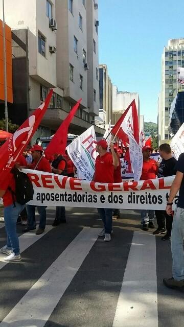 Em Florianópolis manifestantes também percorrem ruas do centro da cidade. Segundo a organização, são 1 mil pessoas. PM não divulgou número de participantes.