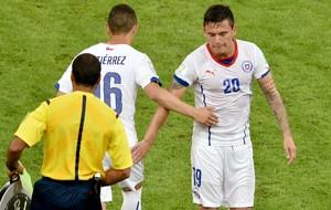 Charles Aranguiz numeração errada camisa e short (Foto: AFP)