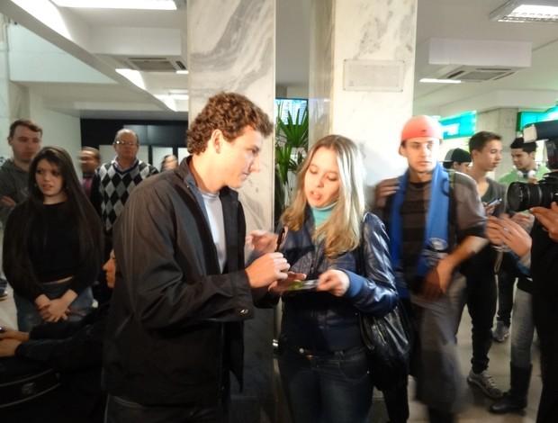 Elano deu autógrafo a torcedora do Grêmio (Foto: Hector Werlang/Globoesporte.com)