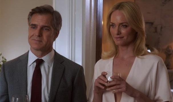 Victoria Encontra Lydia e Conrad juntos no apartamento de seu ex-marido (Foto: Divulgação/Reprodução)