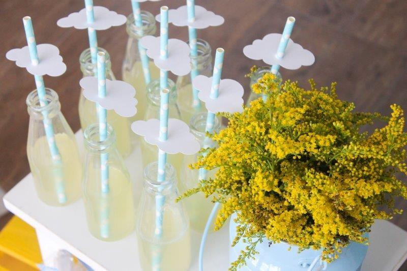 3.As garrafinhas de suco de abacaxi ficaram um charme com o tema e as cores da festa nos canudinhos  (Foto: Divulgação/Aline Amorim)