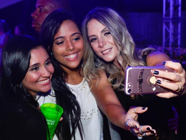 Carla Perez com fãs em bastidores de show em Salvador, na Bahia (Foto: André Muzell/ Brazil News)
