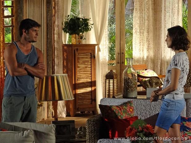 Juliano tenta convencer Mila de que ama Natália de verdade (Foto: Flor do Caribe / TV Globo)