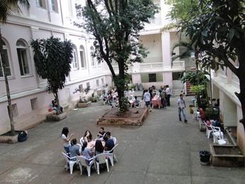 Pátio do Instituto de Educação, onde alunos recém-formados do 9º ano do Barão do Rio Branco almoçavam na última quarta-feira (12). (Foto: Cristina Moreno de Castro/G1)