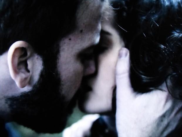 Kiko beija Camila em uma tentativa desesperada de reaproximação (Foto: O Rebu / TV Globo)