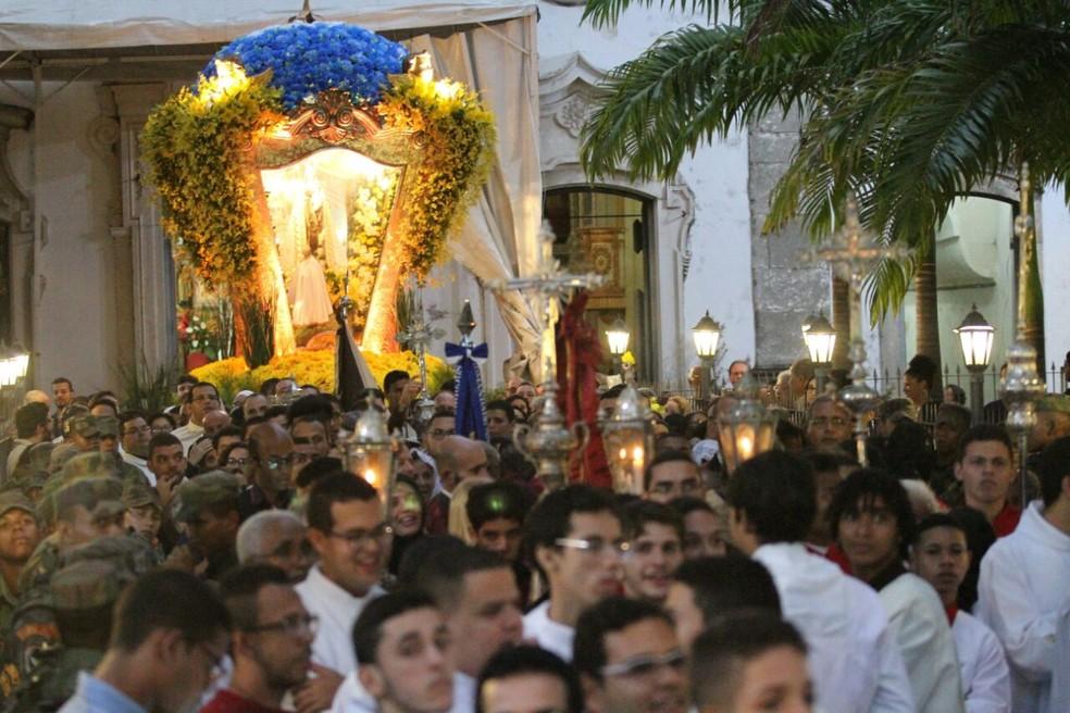 Procissão em homenagem a Nossa Senhora do Carmo reúne milhares de fiéis no Centro do Recife (Foto: Marlon Costa/Pernambuco Press)