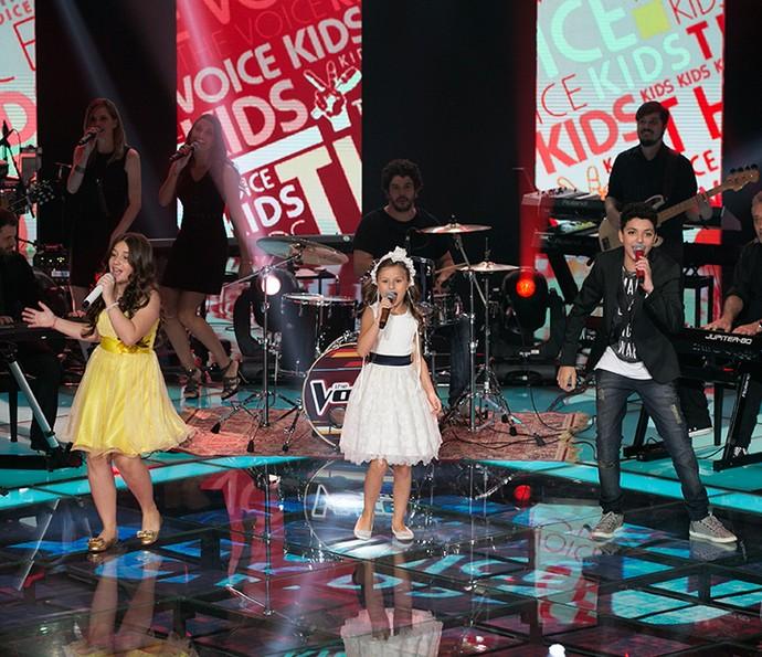 Pérola Crepaldi, Rafa Gomes e Wagner Barreto sobem ao palco do The Voice Kids (Foto: Isabella Pinheiro/Gshow)