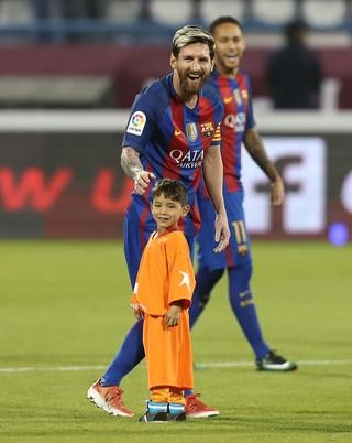 Messi e garoto afegão Murtaza Ahmadi (Foto: KARIM JAAFAR / AFP)