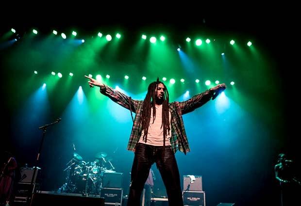 O músico Julian Marley com a banda The Wailers no palco (Foto: Divulgação)