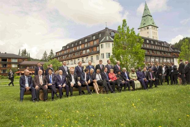 Líderes do G7 e outros convidaso se reúnem para foto diante do castelo Elmau, onde aconteceu reunião dos países mais ricos do mundo (Foto: REUTERS/Michael Kappeler/Pool)