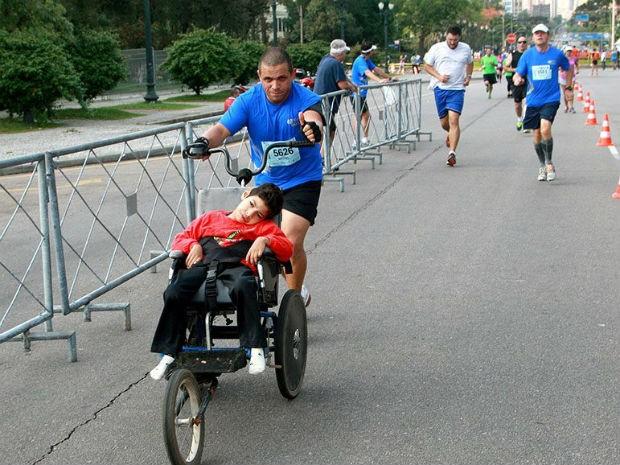Pai leva o filho para participar de corrida  (Foto: Arquivo pessoal)