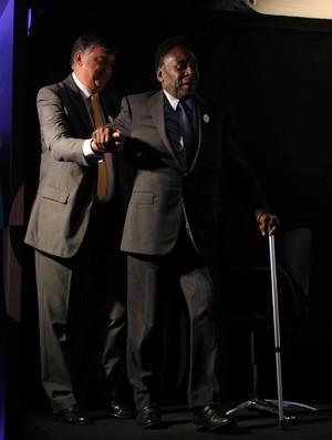 Pelé bengala coletiva Academia Pelé (Foto: Marcos Arcoverde/Ag. Estado)