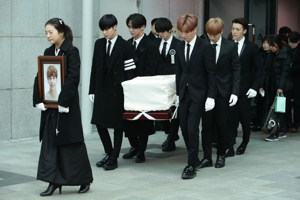 Os colegas de banda de Kim Jong-Hyun (1990-2017) carregando o caixão do músico durante seu funeral (Foto: Getty Images)