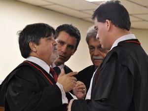 07/03/2013 - Advogados de Bruno conversam antes do quarto dia de julgamento (Foto: Renata Caldeira / TJMG)