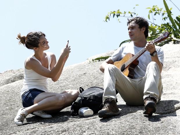 Como Laura, Nathalia filma Guizé na pele de Caíque (Foto: Fábio Rocha/ Gshow)
