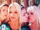 Monique Evans e Cacá Werneck se beijam para celebrar a Páscoa