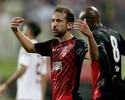 """Éverton Ribeiro em Dubai: mão na taça, """"rei"""" no futevôlei e coração azul"""