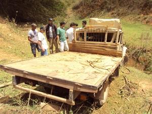 O caminhonete trasportava na carroceria 30 pessoas que comemoravam a vitória do prefeito nessa domingo de eleição (7). (Foto: Wenderson Ambrósio)