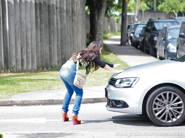 Valdirene acha que  carro é de Boninho e se joga (Foto: Pedro Curi/ TV Globo)