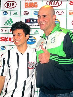Marcos recebe torcedores do Palmeiras no hotel (Foto: Diego Ribeiro / Globoesporte.com)