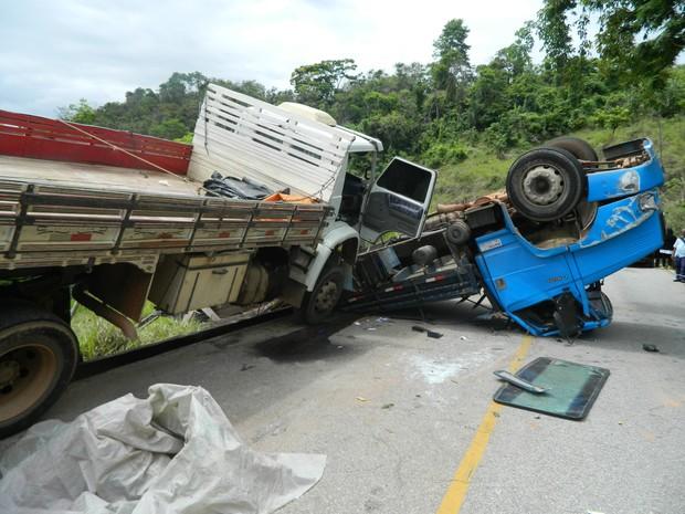 Caminhão ficou tombado na pista (Foto: Kaleo Martins/G1)