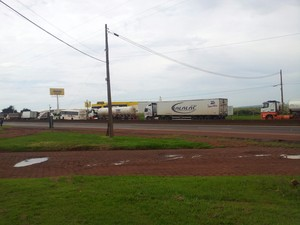 Em protesto, caminhoneiros bloqueiam parcialmente rodovia em Ourinhos (Foto: Giliardy Freitas/TV TEM)