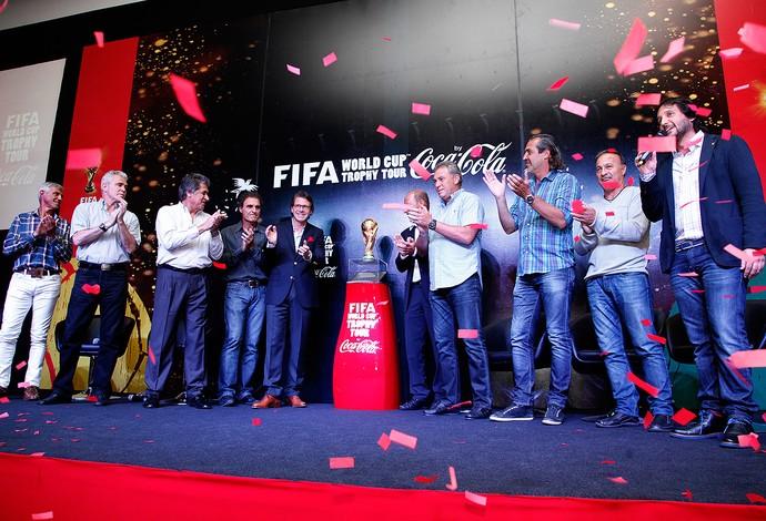 ex-campeões com a taça da Copa do Mundo na Argentina (Foto: Cassius Leitão)